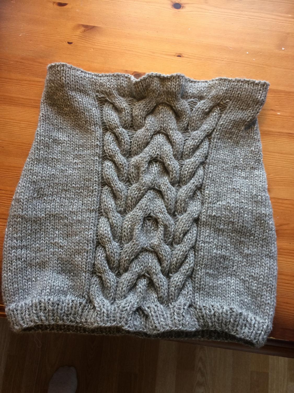 a801c4f0 Da ble jeg også ferdig med skjørtet, og resultatet er jeg fornøyd med. Jeg  har strikket det litt lenger enn fdet oppskriften tilsa.